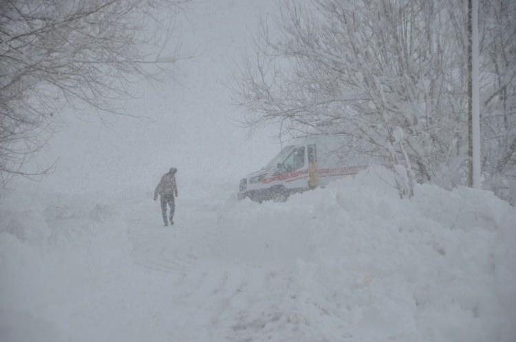 <p>İlçe merkezine yaklaşık 14 kilometre mesafede bulunan ve yolu kar nedeniyle kapalı olan Kadı köyünde yaşayan Eylül (4) ve Ayvaz (5) Fidan kardeşlerin aniden ateşi yükseldi.</p>