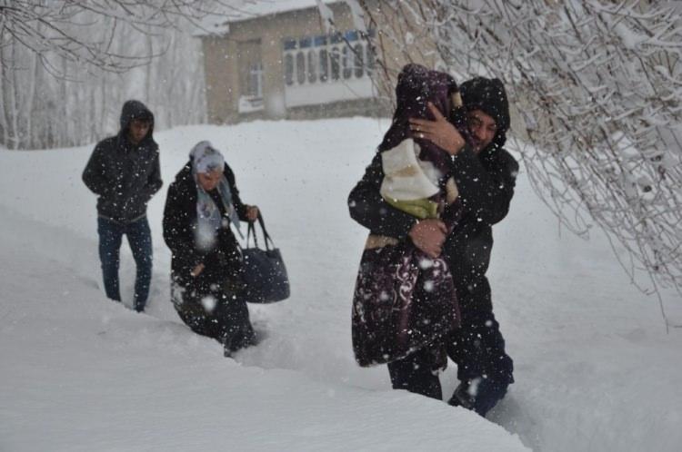 <p>Haber verilmesi üzerine hemen harekete geçen 112 Acil Servis ekipleri, kardan dolayı kapalı olan ve yoğun tipi altında olan yolu geçemeyince Yüksekova Özel idaresi ekibinden destek istedi.</p>