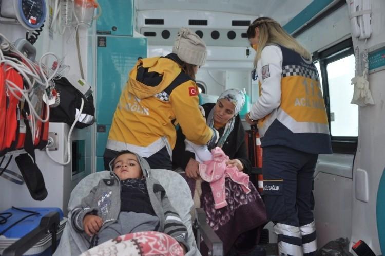 <p>Bölgeye gelen ekipler, yolu açıp hasta kardeşlere ulaşmak için çalışma başlattı.<br /> </p>