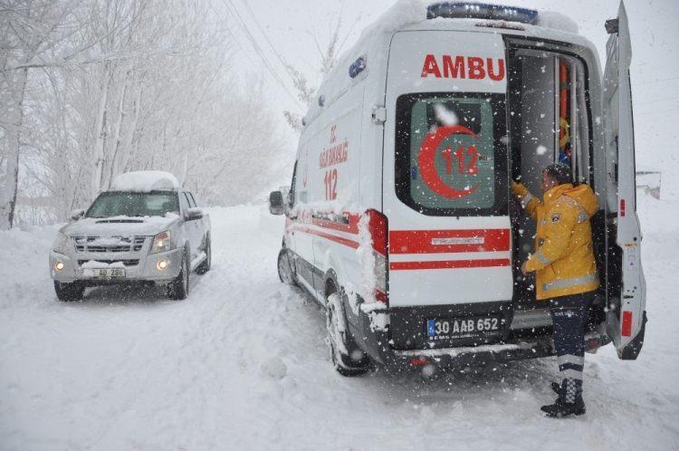 <p>İlçe özel idaresi ekipleri, 3 saat süren çalışma sonunda sağlık ekibiyle köye ulaştı. Eylül ve Ayvaz kardeşler, yapılan ilk müdahalenin ardından ambulansla Yüksekova Devlet Hastanesine götürüldü.</p>