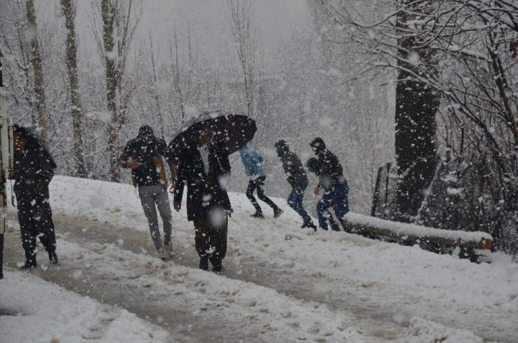 <p><strong>Şırnak</strong></p>  <p>Şırnak'ın Beytüşşebap ilçesinde dün akşamdan beri etkili olan kar yağışı ilçeyi beyaza bürüdü. Taşımalı eğitimin yapıldığı bölgelerde eğitime bir gün ara verildi.<br /> </p>