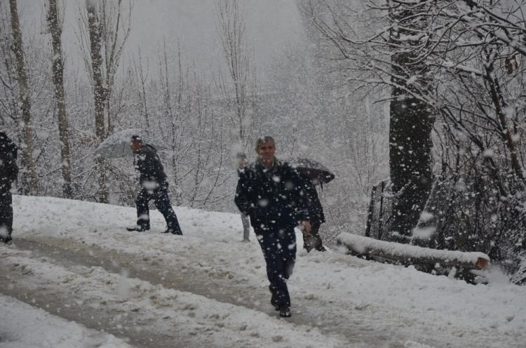 <p>Beytüşşebap İlçe Özel İdare, kara yolları ve belediye ekipleri, kapanan köy yollarını tekrar ulaşıma açmak için seferber oldu.<br /> u.</p>
