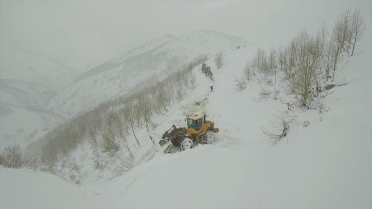 <p><strong>Muş</strong></p>  <p>Muş İl Özel İdaresi Karla Mücadele ekipleri, gece saatlerinde etkili olan kar ve tipi nedeniyle ulaşıma kapanan 56 köy yolunun açılması için çalışmalarını sürdürüyor.</p>