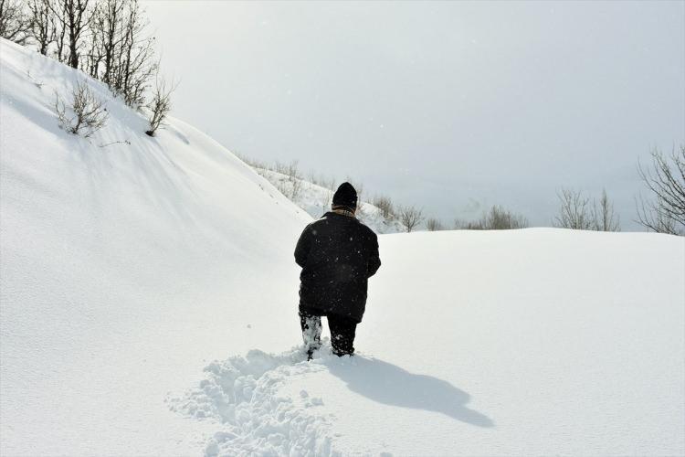 <p>Kar yağışının etkisini sürdürdüğü bölgelerde güçlükle çalışan ekipler, vatandaşların sıkıntı yaşamaması için zorlu doğa şartlarıyla mücadele ediyor.</p>