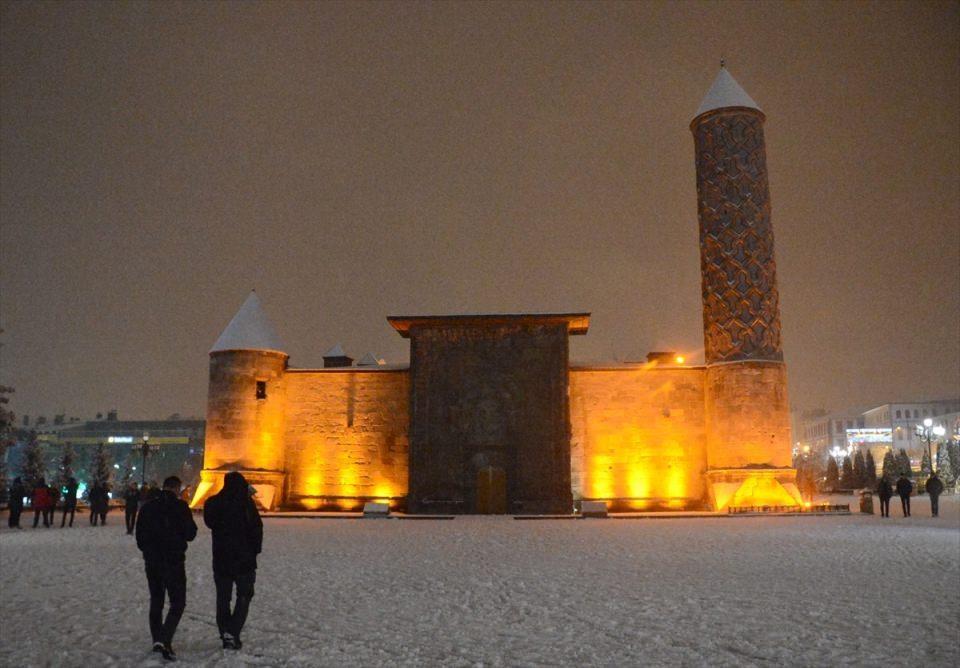 <p>Erzurum'da akşam saatlerinde etkili olan kar yağışı kent merkezini beyaza bürüdü. Beyaz örtüyle kaplanan şehirde kar yağışının tadını çıkaran vatandaşlar, Yakutiye kent meydanında kartopu oynayıp kardan adam yaptı.</p>  <p></p>
