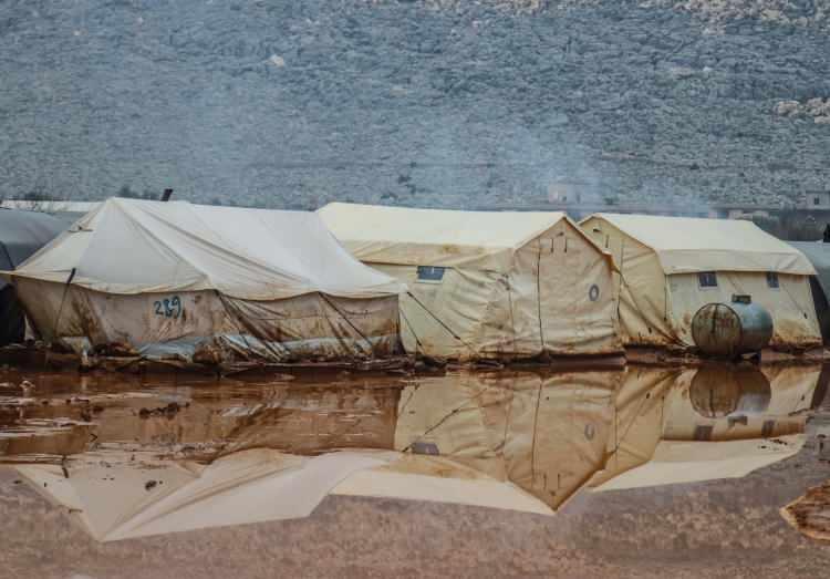 <p>Siviller, kamp ortasına koyulan ve yağmur suyuyla günde bir kez dolan plastik su depolarıyla içme suyu ihtiyacını karşılamaya çalışırken, 130 ailenin yaşadığı kampta yalnızca 4 tuvalet bulunuyor.</p>