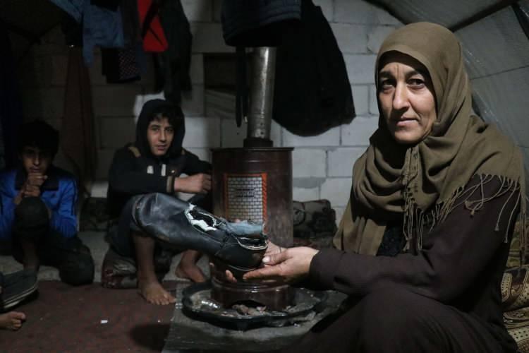 """<p>Saldırılar nedeniyle ailesiyle göç ederek, İdlib kırsalında çadıra yerleşen 13 yaşındaki Erva Mervan, """"Buraya Esed'in bombardımanından kaçıp geldik. Fakat burada yaşamak, Esed'in bombardımanından daha zor."""" dedi.</p>"""