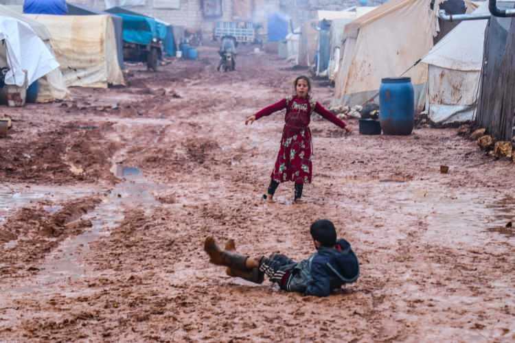 """<p>Havanın çok soğuk olduğunu ve üşüdüklerini söyleyen 14 yaşındaki Fatıma Karima da, okula gidemediği için ayrıca üzgün olduğunu belirtti.</p>  <p></p>  <p>Sarut kampı sorumlusu Ebu Casim de kampta yaşayan aile sayısının her günarttığını dile getirerek,""""Çadırların durumu çok kötü. Yağmurlar her yeri su içerisinde bıraktı. Kampın ana yolu bile, su içerisinde. Bazı çadırlarda soba bile yok. Sobası olan çadırlar da ısınmıyor. Bölgeye acilen yardım bekliyoruz."""" ifadelerini kullandı.</p>"""