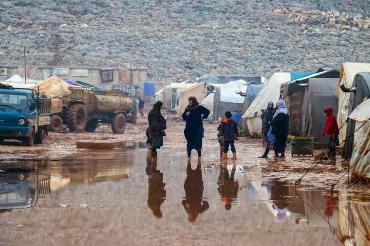 <p>Rusya'nın, Türkiye'yle 17 Eylül 2018'de vardığı Soçi mutabakatından bir süre sonra da saldırılar devam etti. İdlib Gerginliği Azaltma Bölgesi'ni hedef alan Rusya, rejim ve İran destekli teröristler, yalnızca 2019 başından bu yana Türkiye sınırı yakınlarına, yaklaşık 1 milyon 300 bin sivilin göç etmesine sebep oldu. Bombardımanlarda bin 600'den fazla sivil, can verdi.</p>