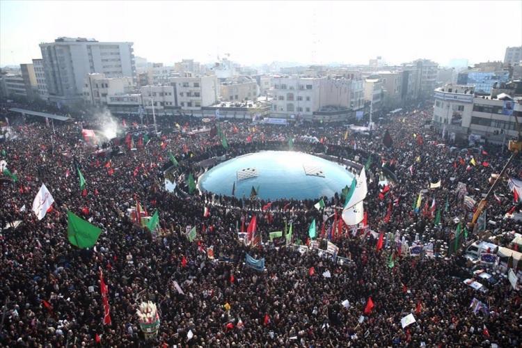 <p>İnkılab Meydanındaki cenaze törenine çok sayıda vatandaş katıldı.</p>  <p></p>