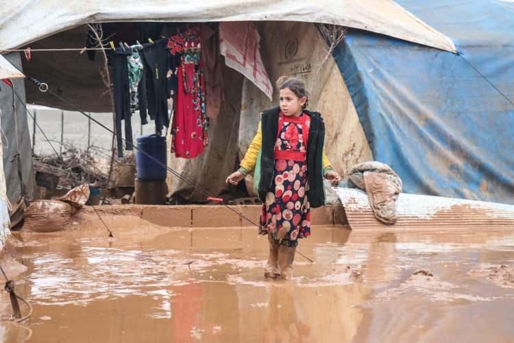 """<p>- """"Öğlen yumurta yedik, akşam ise yemeğimiz yok""""</p>  <p>Sarut isimli kampın sakinlerindendört çocuk annesi Semir Abdullah Casım da bölgeye yaklaşık 20 gün önce Hama'nın kuzeyinden geldiklerini ifade etti.</p>"""