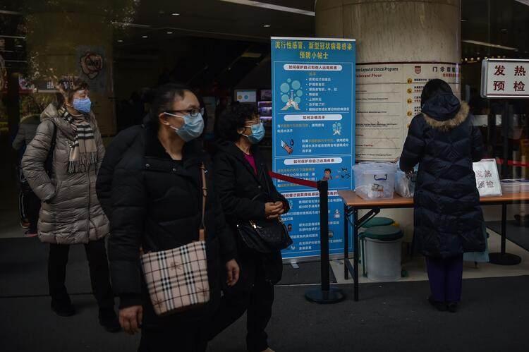 <p>Çinli yetkililer, gizemli hastalığa ilişkin yapılan ilk incelemelerin, hastalığın SARS, Orta Doğu Solunum Sendromu (MERS), influenza, kuş gribi ve adenovirus olmadığını gösterdiğini ifade etmişti.</p>