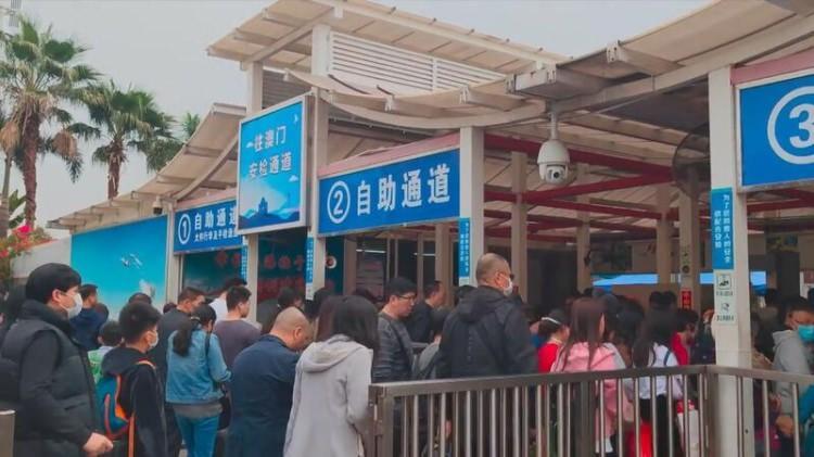 <p>Çin'in Vuhan kentinde ortaya çıkan yeni tip koronavirüs (2019-nCoV) salgınında 830 kişi virüsten etkilendi, 25 kişi hayatını kaybetti.</p>