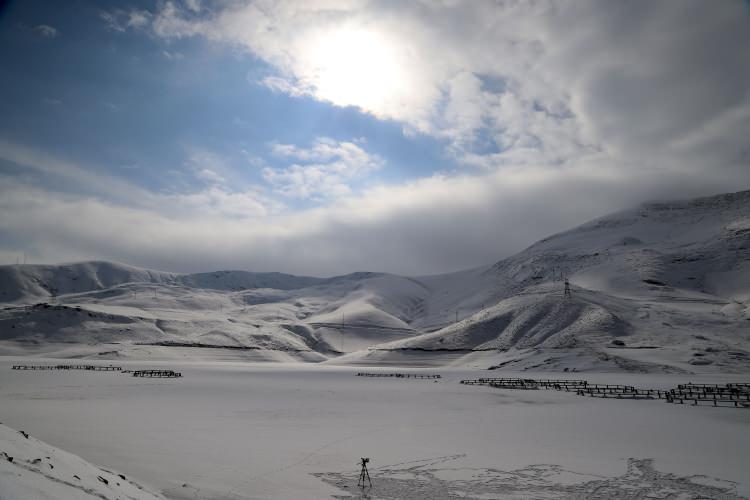 <p>Van- Hakkari karayolu üzerindeki Gürpınar ilçesinde bulunan 105 milyon metreküp su kapasiteli Zernek Baraj Gölü'nün yüzeyi de aşırı soğuklar nedeniyle tamamen buz tuttu. Kafes balıkçılığı da yapılan baraj gölündeki kafesler ve tekneler yaklaşık 20 santimetre kalınlığındaki buz kütlesinin içinde kaldı.</p>  <p></p>