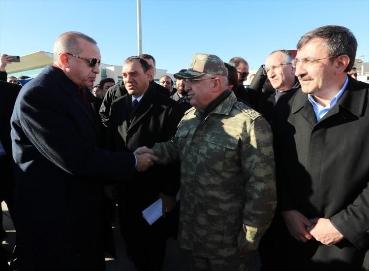 <p>Erdoğan'ı Genelkurmay Başkanı Orgeneral Yaşar Güler karşıladı.</p>