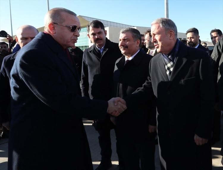 <p>Erdoğan'ı, Milli Savunma Bakanı Hulusi Akar karşıladı.</p>