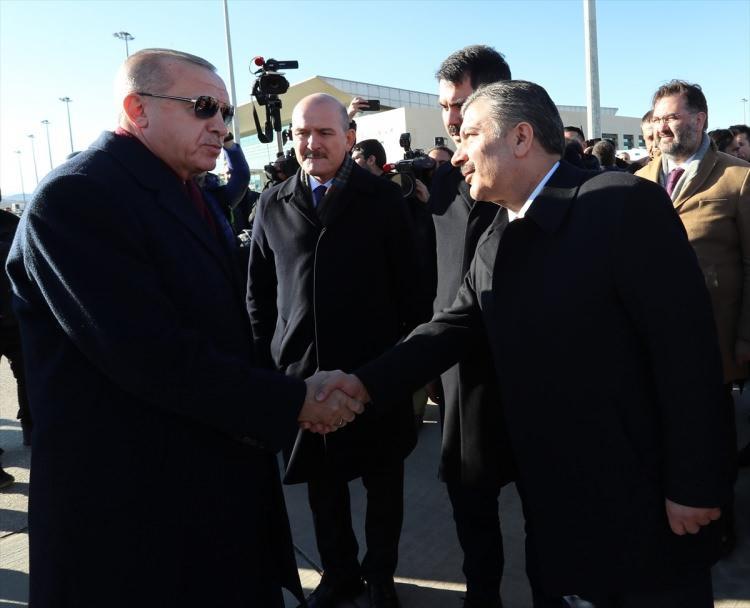 <p>Erdoğan'ı, Sağlık Bakanı Fahrettin Koca karşıladı.</p>
