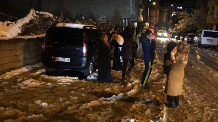 <p>Elazığ'ın Sivrice ilçesinde meydana gelen deprem, Siirt'te de hissedildi. Depremi hisseden bazı vatandaşlar, tedbir amacıyla sokağa çıktı.</p>