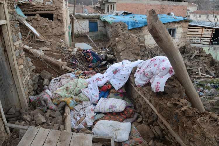 <p>Merkez üssü Sivrice ilçesi olan depremin şiddetli hissedildiği Doğanyol'da bazı vatandaşlar,evleri güvenli olmadığı için gece dışarıda kalmayı tercih etti.</p>