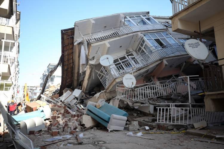 """<p></p>  <p><span style=""""color:#000000"""">1998 yönetmeliğine göre yapılmamış bir bina depremde risk alır demek yanlıştır. 1998'den sonra yapılmış bir yapı çok cüzi bir miktarda hasar alabilir ama kesinlikle can güvenliğini sağlar. Hastane yapılıyorsa önem katsayısı farklıdır. Okulların önem katsayısı farklıdır. Konutlar, oteller farklıdır. 1975 yönetmeliğine göre bile yapılmış olsa bina uygun malzeme ve projeyle yapılmışsa öldürmez. Hasar fazladır ama öldürmez. 1998 depremine göre yapılmış konutlar hasar alabilir ama öldürmez. Okul ve hastanelerin ise 1998 yönetmeliğine göre hasar bile almaması gerekir.</span></p>"""