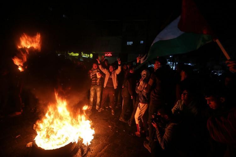 <p>Gazze'nin kuzeyindeki Cibalya Mülteci Kampı'nda toplanan bir grup Filistinli, ABD Başkanı Donald Trump'ın sözde Orta Doğu barış planını protesto etti.</p>