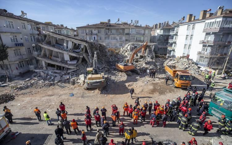 """<p><span style=""""color:#000000"""">Nusret Suna, HaberTürk'ten Esra Boğazlıyan'a çarpıcı açıklamalarda bulundu.</span></p>  <p><br /> <span style=""""color:#000000"""">6.8'lik Elazığ depreminin bilançosu çok ama çok ağır. 41 kişi hayatını kaybetti, 1607 kişi ise yaralandı. Elazığ ve Malatya'da 82 bina yıkıldı, 1287 bina ise ağır hasar aldı. Yıkılan binalarda arama kurtarma çalışmaları henüz tamamlanmadı. AFAD, UMKE ve jandarma ekiplerinin depremin hemen ardından başlattığı ve günlerdir insanüstü bir çabayla süren çalışmalarıyla 45 kişi enkaz altından sağ çıkarıldı.</span></p>"""