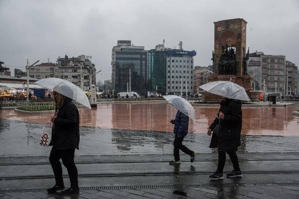 <p>Meteoroloji'den İstanbul için önemli uyarı geldi. İstanbul'da bugün şiddetli fırtına ve yağmur etkisini gösterecek. Depremi yaşayan Elazığ ve Malatya'da ise gece eksi değerler görülürken bu günden itibaren karla karışık yağmur başlıyor. Geceleri ise sıcaklık eksi değerlerde olmaya devvam edecek.</p>