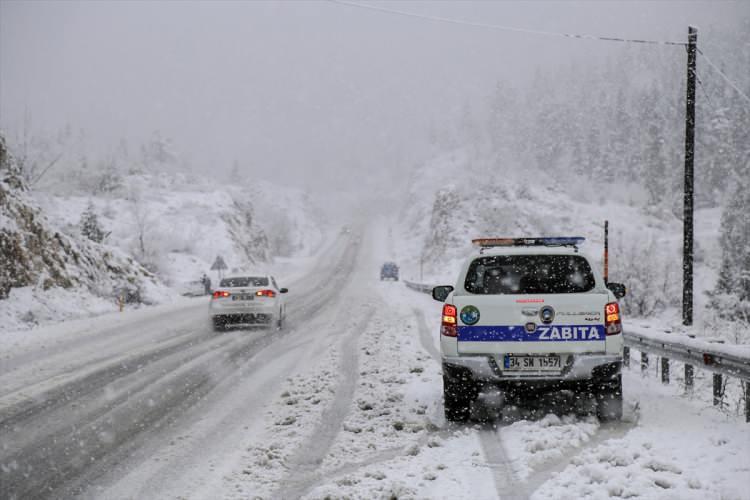 <p>Antalya'nın Akseki ilçesindeki yoğun kar yağışı, Antalya-Konya kara yolunda ulaşımda aksamalara neden oluyor.</p>