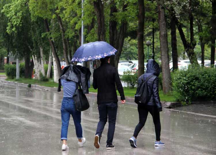 <p><strong>Ankara:</strong> Parçalı ve çok bulutlu, gece saatlerinden itibaren karla karışık yağmurlu 10<br /> <strong>İstanbul: </strong>Parçalı ve çok bulutlu, öğle saatlerinden itibaren yağmurlu 15<br /> <strong>İzmir: </strong>Parçalı ve çok bulutlu, gece saatlerinden itibaren sağanak yağışlı 18<br /> <strong>Adana: </strong>Parçalı ve çok bulutlu, gece saatlerinden itibaren sağanak yağışlı 16<br /> <strong>Antalya:</strong> Parçalı ve çok bulutlu, gece saatlerinden itibaren sağanak yer yer gök gürültülü sağanak yağışlı 16<br /> <strong>Samsun: </strong>Parçalı ve çok bulutlu, gece saatlerinden itibaren yağmurlu 17<br /> <strong>Trabzon:</strong> Parçalı ve çok bulutlu 13<br /> <strong>Erzurum:</strong> Parçalı ve çok bulutlu, bu sabah saatlerinde hafif kar yağışlı 0<br /> <strong>Diyarbakır:</strong> Parçalı ve çok bulutlu, bu sabah saatlerinde yağmur ve karla karışık yağmurlu 8</p>