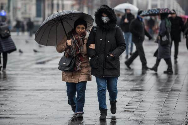 <p>İSTANBUL'DA HAVA DURUMU NASIL OLACAK?</p>  <p>İstanbul'da sabah saatlerinden itibaren ara ara yağmur etkili oluyor. İşe gitmek için evlerinden çıkanlar yağmurla karşılaşırken, Taksim Meydanı'nda ise çoğu kişi yağmura hazırlıksız yakalandı. Şemsiyelerini açanlar da rüzgarın azizliğine uğradı. Rüzgar nedeniyle şemsiyeler ters döndü. Yağış Kartal'da da ara ara etkili oldu.</p>