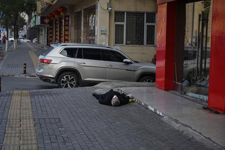 <p>Çin'de sadece tehlikeli madde davalarına bakan polis ekipleri dün virüs salgınının sıfır noktası olan Wuhan'da kaldırımda ölü bulunan bir adamın cesedinin etrafında toplandı.</p>  <p></p>