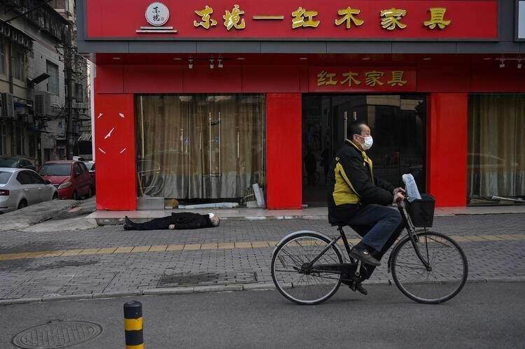 <p>Wuhan'da sokakta ölü bulunan adamın coronavirüsünden yaşamını yitirdiği düşünülüyor, polis ekipleri ve sağlık personelinin görüntüleri şehirdeki korkuyu daha da artırıyor.</p>  <p></p>