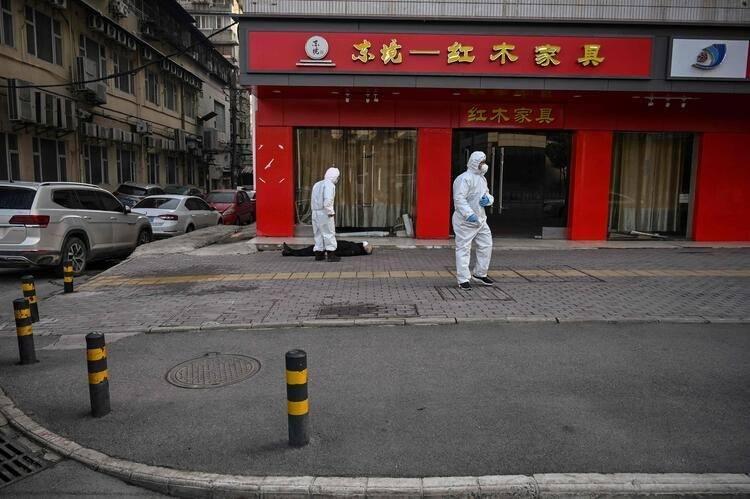 <p>Geçen yılın sonlarında ortaya çıkan virüs, Çin'de milyonlarca insanı etkiledi ve Wuhan bu alarm durumundan en çok yara alan şehir oldu.</p>  <p></p>
