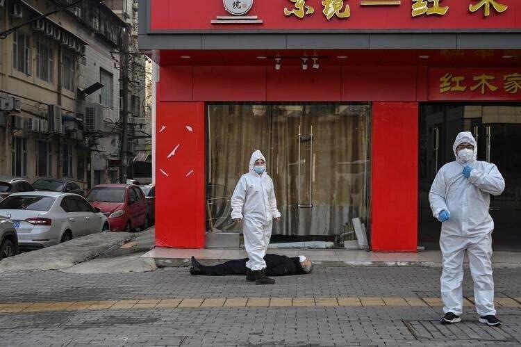 <p>Koruyucu kıyafetli sağlık ekipleri, ölü bulunan şahsın üzerini mavi bir battaniye ile örttü. Polis ise bu sahneyi gizlemek için süpermarket kolileri kullandı.</p>  <p></p>
