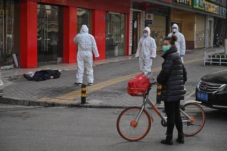 <p>Yaşananları seyreden Wuhanlılar, gazetecilere şahsın coronavirüsü nedeniyle öldüğünü düşündüklerini ifade etti. Wuhanlılar, korkunç bir dönemden geçtiklerini ve birçok insanın yaşamını yitirdiğini belirtiyor.</p>  <p></p>