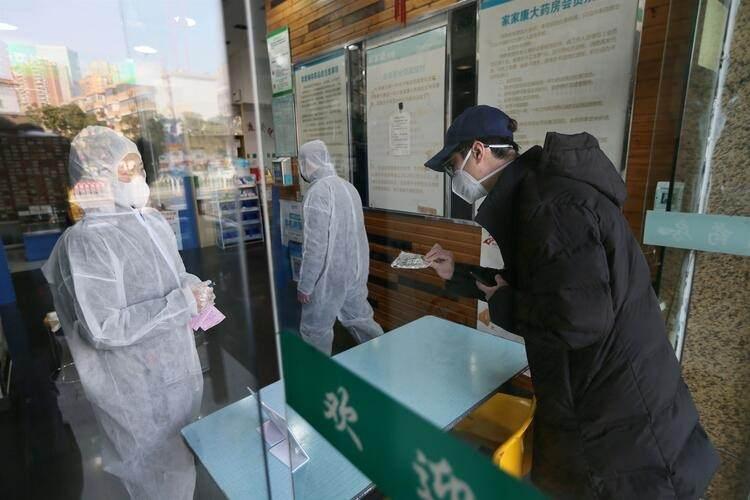 <p>Toplu taşıma ve özel araçlarını kullanamayan Wuhanlılar hastanelere yürüyerek ya da bisikletle gitmek zorunda...</p>  <p></p>