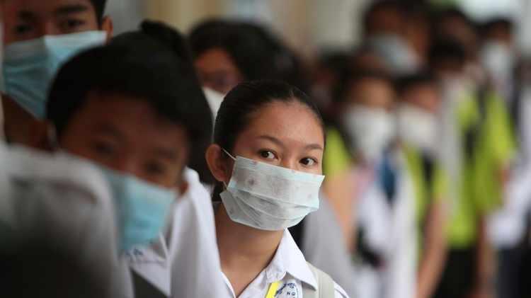 <p>Çin'de ülke genelinde etkisini giderek artıran yeni tip koronavirüs (2019-nCoV) salgınında can kaybı 259'a çıktı. Ulusal Sağlık Komisyonu'ndan (NHC) yapılan açıklamaya göre, ülke genelinde etkili olan 2019-nCoV salgını nedeniyle virüsten etkilenenlerin sayısı 1795'inin durumu ciddi olmak üzere 11 bin 791'e yükseldi.</p>