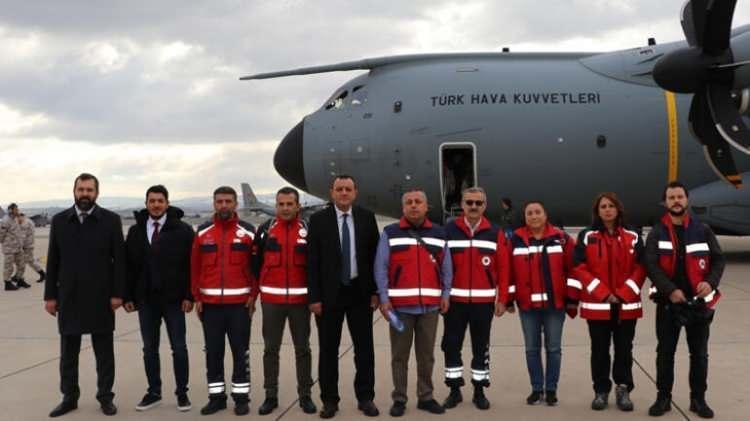 <p>Kayseri 12. Hava Ulaştırma Ana Üs Komutanlığından dün Etimesgut Askeri Havaalanına gelenTürk Hava Kuvvetlerine ait A400M kargo uçağı, burada yakıt ikmali yaptı. Daha sonra uçağa, Çin'e gidecek ekip için koruyucu kıyafetler, maskeler, dezenfektan malzemeler ile diğer tıbbi malzemeler ve gıda malzemeleri yüklendi. TİKA ve Sağlık Bakanlığı tarafından Çin'e gönderilmek üzere hazırlanan tıbbi malzeme yardımı da uçağa alındı.</p>