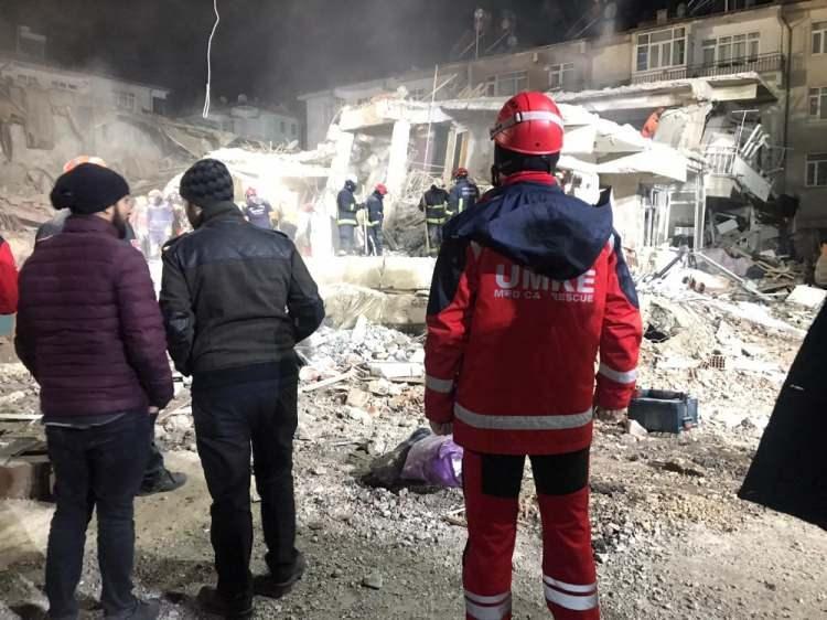 """<p><span style=""""color:#000000"""">Nusret Suna'ya olası bir İstanbul depremi ile ilgili senaryoyu da şu şekilde yorumladı:</span></p>  <p><span style=""""color:#000000"""">""""İstanbul'da yapı stoku 1milyon 250 bin civarında. Ancak net bir yapı envanteri yok. AFAD'a göre İstanbul'da olası büyük bir depremde 44 bin 500 bina yıkılacak. 250 bin bina ağır hasarlı olacak. Sivrice'de kurtarma çalışmaları 5-10 binada yapılıyor 1 binada 10 kişinin enkaz kaldırdığını düşünelim. 3 vardiya olursa 30 kişi çalışıyor. Peki ya 44 bin de değil 30 bin bina yıkıldı diyelim. 900 bin kişinin kurtarma çalışmasına katılması gerekiyor. Bu mümkün değil. Binaları depreme güvenlikli hale getirmeliyiz. Hasar alabilir ama yıkılmayacak derecede yapmalıyız.""""</span></p>  <p><span style=""""color:#000000""""><strong>Kaynak: HaberTürk</strong></span></p>"""