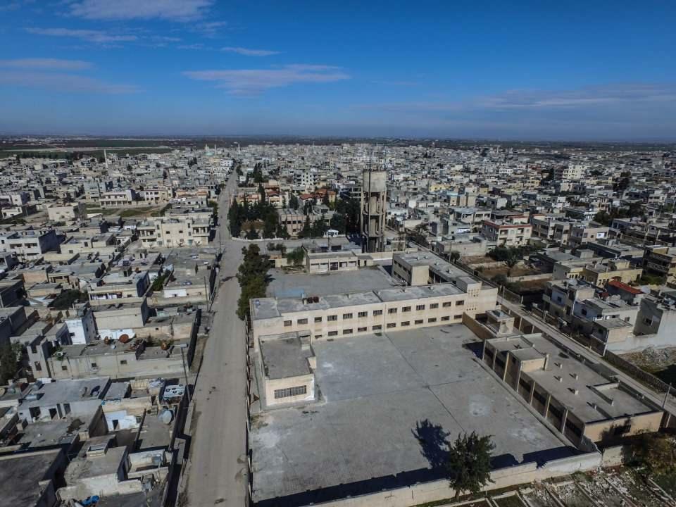<p>Esed rejimi ve Rusya'nın Halep ve İdlib'deki yerleşimlere dünkü saldırılarında ise 15 sivil hayatını kaybetmişti.</p>  <p>Yoğun hava ve kara saldırılarıyla karadan ilerlemeye çalışan rejim güçleri ile askeri muhalifler ve rejim karşıtı silahlı gruplar arasında şiddetli çatışmalar yaşanıyor.</p>  <p>17 Eylül 2018'de varılan Soçi mutabakatından bu yana rejim ve destekçilerinin İdlib Gerginliği Azaltma Bölgesi'ne düzenlediği saldırılarda 1800'den fazla sivil can verdi.</p>