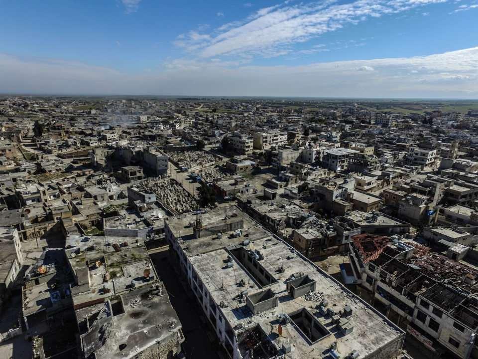 <p>Halep'te ise Han el Asal, Maret Artik, Raşidin, Kefer Hamra, Babis, Kefer Naha, Humeyra, Kalaciyye, Hureytan ve Anadan köyleri rejim ve destekçilerinin saldırılara maruz kalıyor.</p>  <p></p>