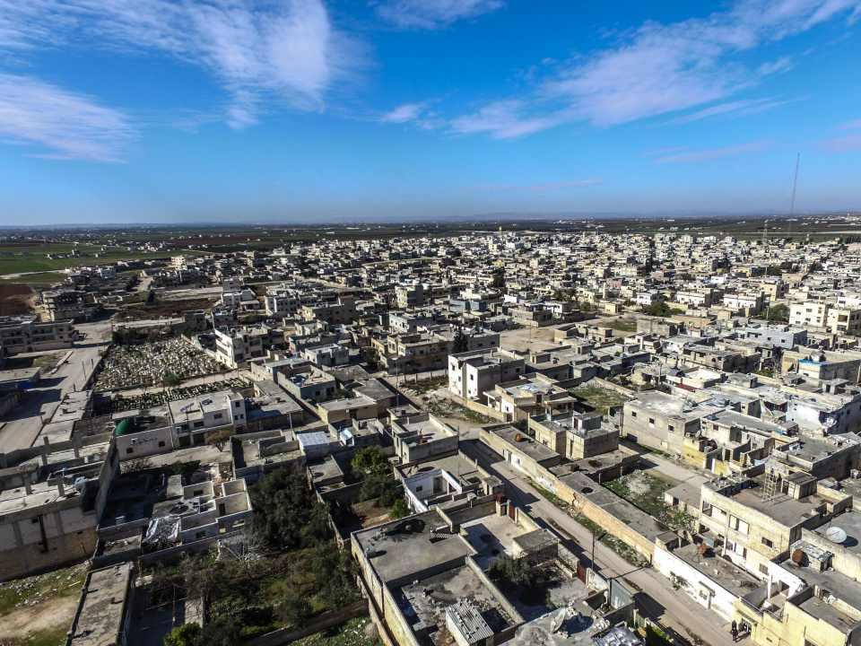 <p>TSK'nin gözlem noktalarına sevkiyatı sürüyor</p>  <p>Türk Silahlı Kuvvetleri (TSK), İdlib Gerginliği Azaltma Bölgesi'ne askeri sevkiyata devam ediyor.</p>  <p>Çok sayıda tanktan oluşan TSK konvoyu, İdlib'in farklı noktalarına konuşlandı.</p>  <p>Suriye'nin kuzeybatısındaki İdlib, neredeyse iç savaşın başından bu yana muhaliflerin ve rejim karşıtı silahlı grupların kalesi konumunda bulunuyor. İç göçle nüfusu 4 milyona ulaşan İdlib'in merkezi, 2015'te muhaliflerin kontrolüne geçti. İdlib, rejimin en yoğun hedef aldığı bölgelerin başında geliyor.</p>