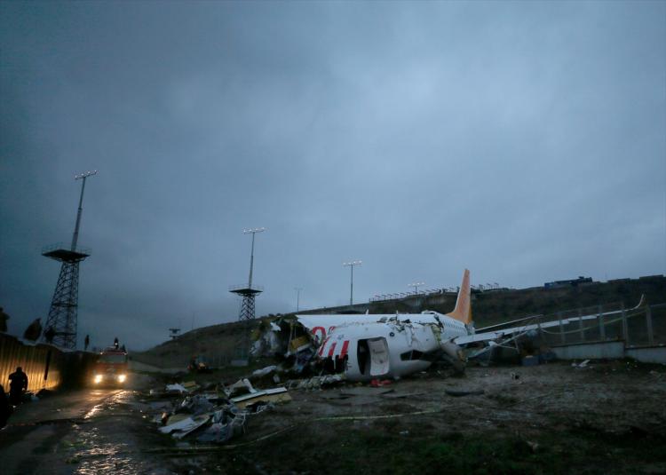 <p>KAZANIN GÜNDÜZ FOTOĞRAFLARI</p>  <p>Sabiha Gökçen Havalimanı'nda bir yolcu uçağının pistten çıktığı olayda arama kurtarma çalışmaları sona erdi. Uçakta bulunan yolcu ve mürettebattan yaralananların tamamı çevrede bulunan hastanelere sevk edildi. Havalimanı uçuş seferlerine tekrar açılırken, düşen uçağın enkazı günün ilk ışıklarıyla görüntülendi. Uçak enkazının bulunduğu bölgede çalışmalar devam ediyor.</p>
