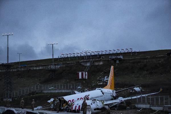 <p>GÜVENLİK NÖBETİ DEVAM ETTİ</p>  <p>Uçak enkazının çevresinde şerit çekilerek enkaz ablukaya alındı. Güvenlik güçlerinin sabahın erken saatlerinde de enkaz bölgesinde güvenlik nöbeti devam etti.</p>