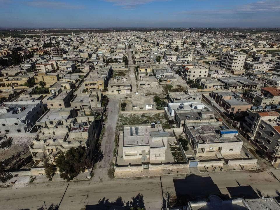 <p><strong>Göçler sürüyor</strong></p>  <p>Rejim güçlerinin ilerlemesi sonucu bölge halkı evlerini terk ederek Türkiye sınırı yakınlarına göç etmeye devam ediyor.</p>  <p>Rejim ve destekçilerinin İdlib Gerginliği Azaltma Bölgesi'ndeki yerleşimlere saldırıları sonucu Ocak 2019'dan beri göç eden sivillerin sayısı 1 milyon 677 bine ulaştı.</p>  <p>Halihazırda İdlib kent merkezinden sivillerin kaçışı artarak devam ederken Halep'in batı ve güney kırsalındaki Daret İzze, Etarib, Hıreytan, Hayyan, Anadan ve Ayncara gibi bölgelerden de göçler yaşanıyor.</p>  <p>İdlib'de yerinden edilenlerin büyük kısmı, Türkiye sınırı hattındaki kamplar bölgesine gelirken, bir kısmı da Türkiye'nin terörden arındırdığı Fırat Kalkanı ve Zeytin Dalı Harekatı bölgelerine sığınıyor.</p>  <p>Rejim güçlerinin İdlib kent merkezi ve yakın çevresine ilerlemesi halinde bölgede yaşayan yaklaşık 1,5 milyon sivilin, Türkiye sınırına göç etmesi bekleniyor.</p>  <p></p>