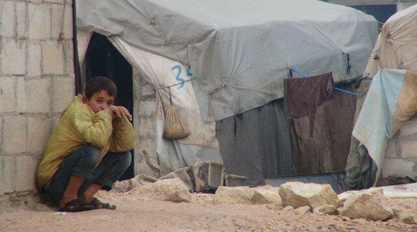 <p><strong>Tek Odalı Hayat</strong></p>  <p><br /> Ulaştığımız ilk kamp Türkiye sınırına 35 kilometre uzaklıkta. Resmi bir kamp olmayan bu çadır kent, bir köyün girişine kurulmuş.</p>  <p></p>