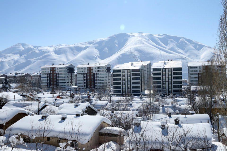 <p>Bitlis merkeze bağlı Hüsrevpaşa Mahallesi'nde bulunan tek katlı evlerin girişlerinde tüneller oluşurken, 145 köy yolunun ise ulaşıma kapalı olduğu bildirildi.</p>  <p></p>