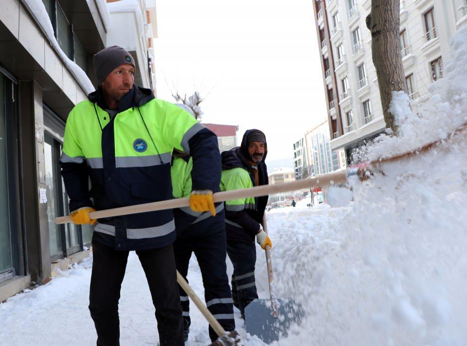 <p><strong>KARA GÖMÜLEN ARACINI ARADI</strong><br /> <br /> Kar yağışı ile birlikte park halindeki bazı araçlar ise kara gömüldü.</p>  <p></p>