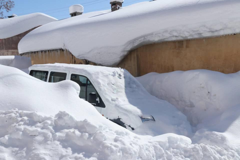 <p>Bitlis ve çevresinde bir hafta boyunca etkili olan kar yağışı yüzünden kapanan yolların açılması için çalışmalar sürüyor.</p>  <p></p>