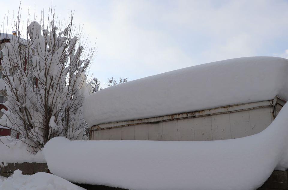 """<p>Kara gömülen aracını arayan bir kişi, son yılların en yoğun kar yağışı olduğunu belirterek, """"Kar yağışına sevindik; ama bu kez çok yağdı.</p>"""
